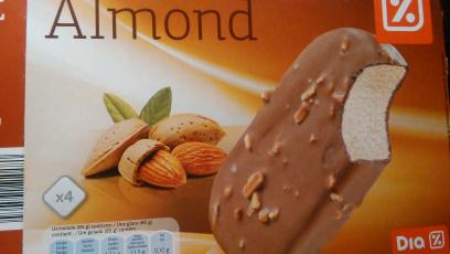 Helado de vainilla con chocolate con leche y almendras Día