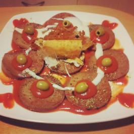 Carnita con tomate, olivas y crujiente de queso
