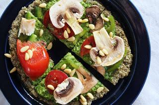 Pizza crudivegana con espinacas y verdura