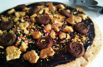 Pizza dulce de chocolate y galleta