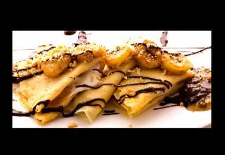 Crepes veganas de chocolate, batido de plátano y nueces