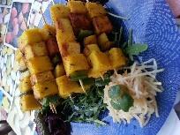 Brochetas de polenta y tofu