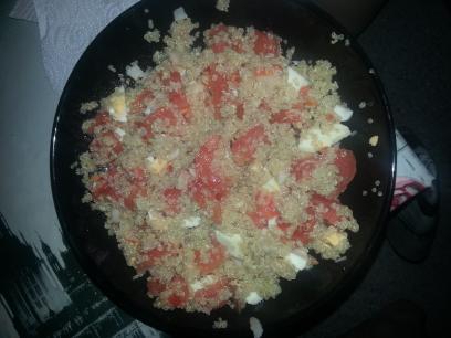 Ensalada de quinoa con tomate y huevo