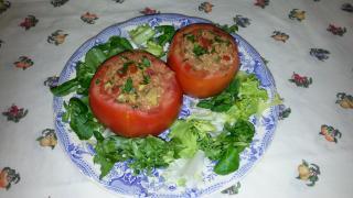 Tomates rellenos de quinoa y aguacate