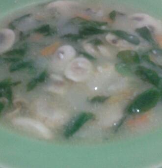 Sopa de avena con champiñones