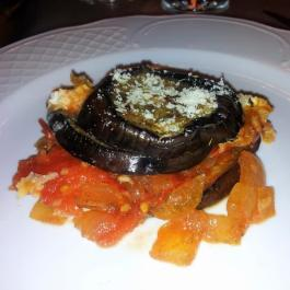 Mousaka vegetariana de tomate,  cebolla y rulo de cabra