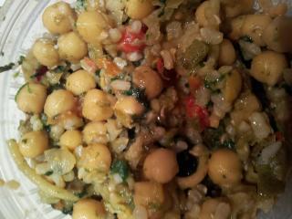 Garbanzos, arroz y espinacas rehogadas con verduritas