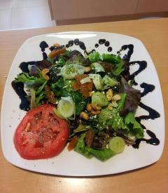 Ensalada de tomate, btotes verdes y anacardos