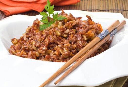 Arroz rojo con calabaza, champiñones y nueces