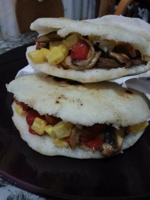 Arepas con relleno de champiñones,  maiz y pimiento
