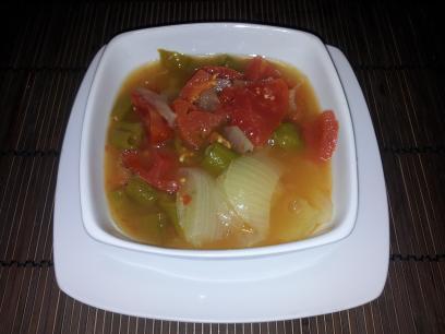 Sopa de cebolla,  tomate y pimiento