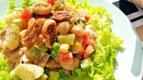 Ensalada cremosa de patatas y judías con verduras