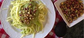 Espaguetis de calabacín con guacamole