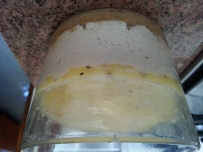 Pastel crudi de anacardos y dátiles con rejuvelac