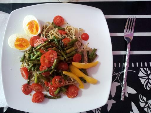 Pasta al pesto con tomatitos y espárragos verdes.