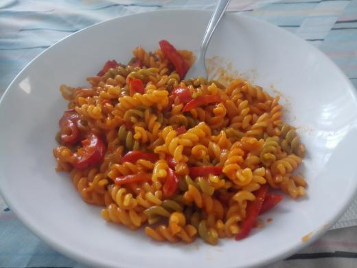 Macarrones con pimiento, tomate y nata