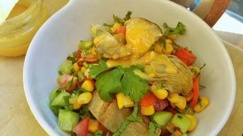 Ensalada de alcachofa y verduras con vinagreta de limón y mostaza