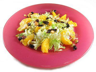 Ensalada de naranja, pasas, pistachos y escarola
