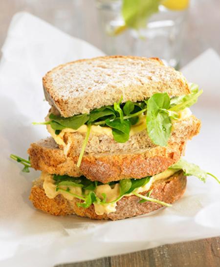 Sandwich de berros y humus