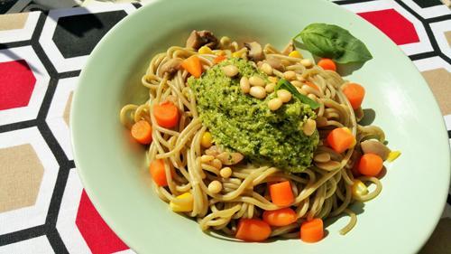 Espaguetis con pesto de brócoli y piñones