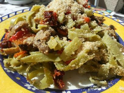 Pasta con tomates secos, champiñones y parmesano vegano