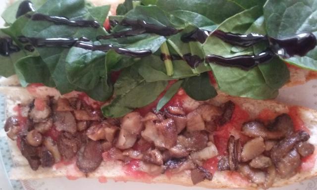 bocadillo de setas, espinacas y tomate.