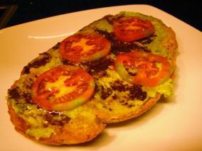 Tostada de aguacate y olivada