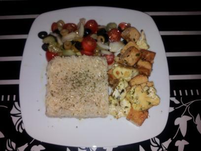 Tofu con coliflor oriental, arroz y ensalada
