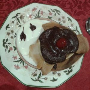 Crujiente de plátano con chocolate sobre sopa de nata