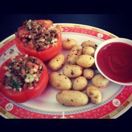 Tomates rellenos de proteína de soja acompañado de papas baby