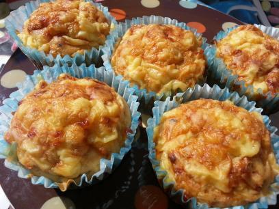 Muffins de queso, tomates secos y albahaca