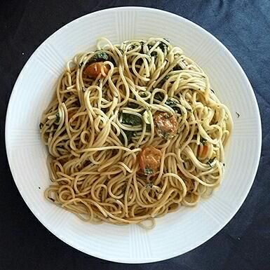 Espagueti con espinacas y tomate cherry
