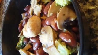 salteado de brócoli, champiñones y alubias