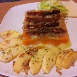 Pastel de patata y calabaza con manzana al sésamo y calabacín rallado