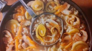 Sopa de arroz con tiras de verdura y champiñones
