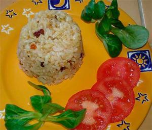 Arroz con frutos secos y tomate fresco