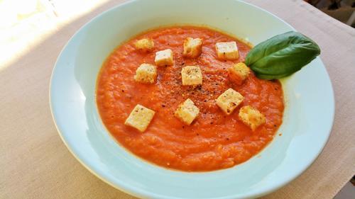 Crema de tomate con tofu y picatostes