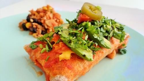 Enchiladas rellenas de arroz, maíz y judías negras con salsa roja