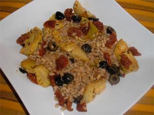 Cebada con aceitunas, alcachofas y tomate