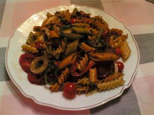 Pasta con verduras fritas y salsa de arroz