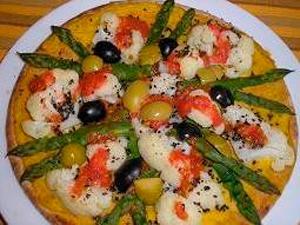 Pizza vegana de coliflor y espárragos